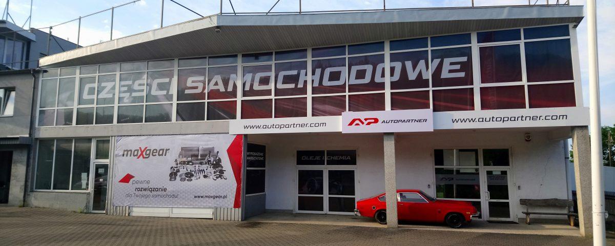 Auto Partner obrandowanie fili Gdynia kasetony OWV folie szronione oraz inne formy reklamy