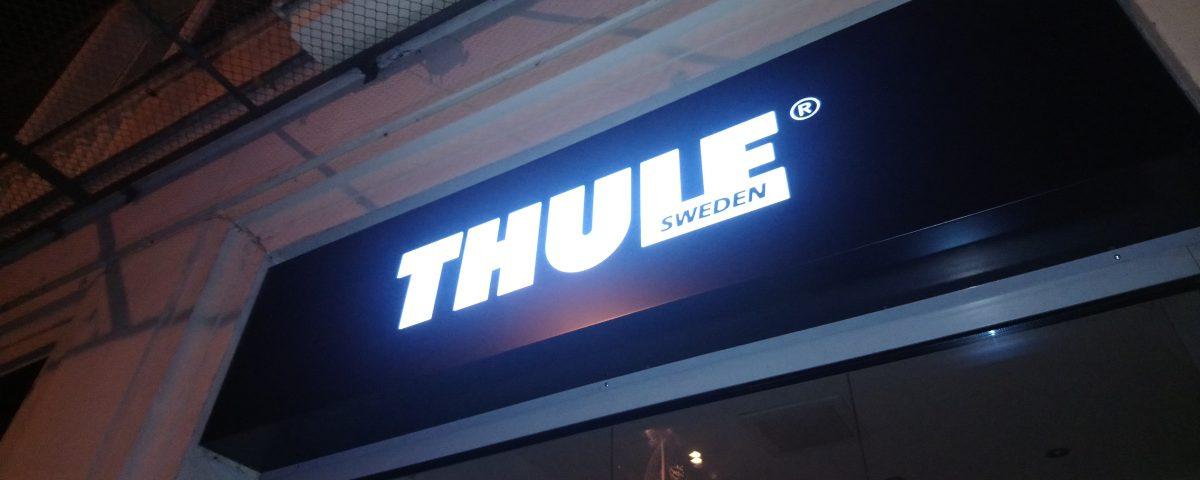 Kaseton z białym logo THULE